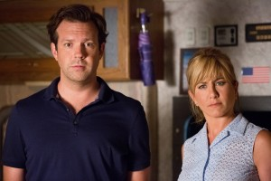 "(l-r) JASON SUDEIKIS and JENNIFER ANISTON stars in ""WE'RE THE MILLERS."" ©Warner Bros. Entertainment. CR: Michael Tackett."
