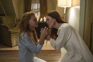 Chloe Moretz (left) and Julianne Moore star in Metro-Goldwyn-Mayer Pictures and Screen Gems' horror thriller CARRIE. ©Metro-Goldwyn-Mayer/Screen Gems. CR: Michael Gibson.