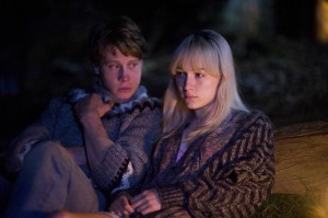 George MacKay and Saoirse Ronan in HOW I LIVE NOW. ©Magnolia Pictures. CR: Nicola Dove.