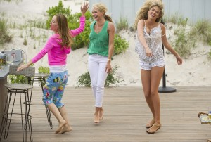 Kate (Leslie Mann, left), Carly (Cameron Diaz) and Amber (Kate Upton) boogie at the beach in THE OTHER WOMAN. ©20th Century Fox. CR: Barry Wetcher.