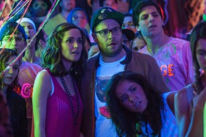 "(Center) Kelly (ROSE BYRNE) and Mac Radner (SETH ROGEN) in ""Neighbors."" ©Universal Pictures. CR: Glen Wilson."