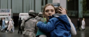 (l-r) Elizabeth Olsen as Ele Brody and Carson Bolde as Sam Brody in GODZILLA. ©Legendary Pictures Funding/Warner Bros. Entertainment.