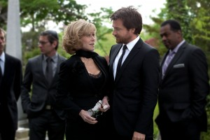 (center, l-r) JANE FONDA and JASON BATEMAN star in THIS IS WHERE I LEAVE YOU. ©Warner Bros. Entertainment. CR: Jessica Miglio.