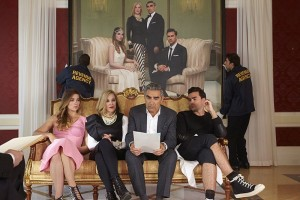 (l-r) Annie Murphy, Catherine O'Hara, Eugene Levy and Dan Levy star in SCHITT'S CREEK. ©PopTV