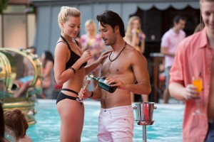 (l-r) Margot Robbie and Rodrigo Santoro stars in FOCUS. ©Warner Bros. Entertainment. CR: Frank Masi.