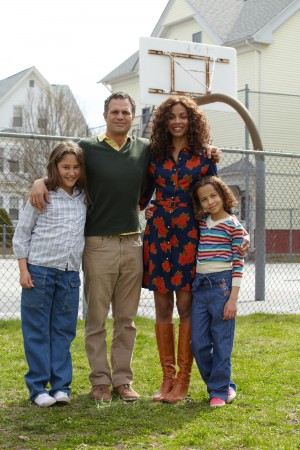Imogene Wolodarsky as Amelia Stuart, Mark Ruffalo as Cam Stuart, Zoe Saldana as Maggie Stuart and Ashley Aufderheide as Faith Stuart in INFINITELY POLAR BEAR. ©Sony Pictures Classics. CR: Claire Folger.