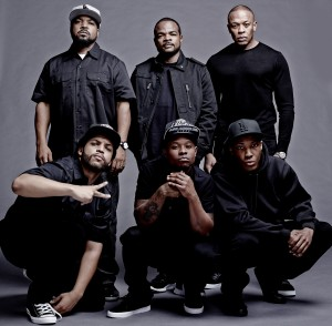 (Clockwise, from top left) Producer ICE CUBE, director/producer F. GARY GRAY, producer DR. DRE, COREY HAWKINS as Dr. Dre, JASON MITCHELL as Eazy-E and O'SHEA JACKSON, JR. as Ice Cube on the set of  STRAIGHT OUTTA COMPTON. ©Universal Studios. CR: Todd MacMillan.