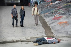 (l-r) Cliff Curtis, Kim Dickens and Frank  Dillane in FEAR THE WALKING DEAD. ©AMC Network.