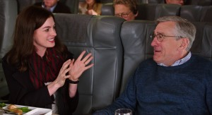 (l-r) Anne Hathaway as Jules Ostin and Robert De NIro as Ben Whittaker in THE INTERN. ©Warner Bros. Entertainment / Ratpac-Dune Entertainment LLC.