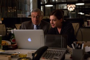 (l-r) Robert De NIro as Ben Whittaker and Anne Hathaway as Jules Ostin in THE INTERN. ©Warner Bros. Entertainment / Ratpac-Dune Entertainment LLC. CR: Francois Duhamel.