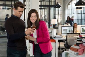(l-r) Andrew Rannells as Cameron and Anne Hathaway as Jules Ostin in THE INTERN. ©Warner Bros. Entertainment / Ratpac-Dune Entertainment. CR: Francois Duhamel.