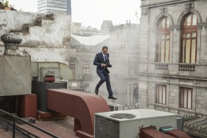 Bond (Daniel Craig) runs along the rooftops in pursuit of Sciarra in Mexico City in Metro-Goldwyn-Mayer Pictures/Columbia Pictures/EON Productions' action adventure SPECTRE. ©MGM Studios, Danjaq LLC & Columbia Pictures. CR: Jonathan Olley.