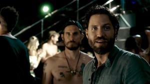 (l-r) Clemens Schick as Roach and Edgar Ramirez as Bodhi in POINT BREAK. ©Warner Bros. Entertainment.