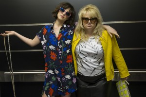 (l-r) Dakota Johnson as Alice and Rebel Wilson as Roin in Christian Ditter's HOW TO BE SINGLE. ©Warner Bros. Entertainment. CR: Barry Wetcher.