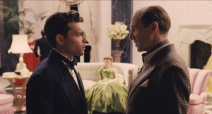 (L to R) Rising star Hobie Doyle (ALDEN EHRENREICH) speaks with director Laurence Laurentz (RALPH FIENNES) in HAIL, CAESAR!. ©Universal Studios.