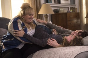 (l-r) Rebel Wilson as Robin, Leslie Mann as Meg and Dakota Johnson as Alice in HOW TO BE SINGLE. ©Warner Bros. Entertainment. CR: Barry Wetcher.