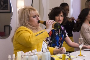 (l-r) Rebel Wilson and Dakota Johnson star in HOW TO BE SINGLE. ©Warner Bros. Entertainment. CR: Barry Wetcher.