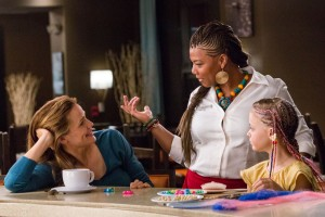 Angela (QUEEN LATIFAH) braids Anna's (KYLIE ROGERS) hair as Christy (JENNIFER GARNER) watches in Columbia Pictures' MIRACLES FROM HEAVEN. ©CTMG. CR: Chuck Zlotnick.