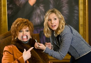 (L to R) Michelle Darnell (MELISSA MCCARTHY) gets a little cosmetic help from Claire (KRISTEN BELL) in THE BOSS. ©Universal Studios. CR: Hopper Stone.
