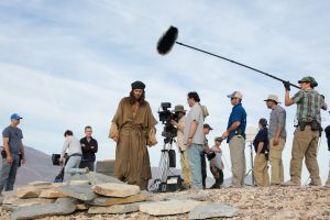 (ctr l to r) Ewan McGregor, Cinematographer Emmanuel Lubezki and Director Rodrigo García working on the set of their new film LAST DAYS IN THE DESERT. ©Broad Green Pictures. CR: François Duhamel / Broad Green Pictures