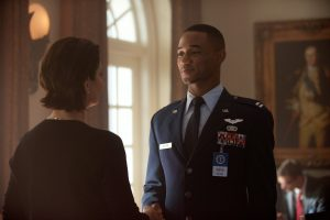 President Lanford (Sela Ward) welcomes decorated fighter pilot Dylan Hiller (Jessie Usher) to The White House in INDEPENDENCE DAY: RESURGENCE. ©20th Century Fox. CR: Claudette Barius.