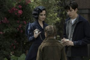 Miss Peregrine (Eva Green) demonstrates one of her many time-bending talents to Jake (Asa Butterfield) and Fiona (Georgia Pemberton) in MISS PEREGRINE'S HOME FOR PECULIAR CHILDREN. ©20th Century Fox. CR: Jay Maidment.
